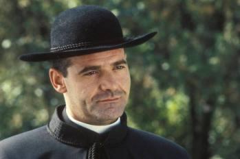 Ángel de Andrés López interpreta al padre Joaquín. Barea niño descubrirá su secreto, el sacerdote mantiene una relación ilícita con una mujer con la que tiene un hijo