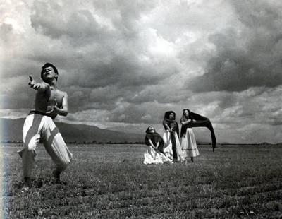 Imagen tomada por el escritor, incluida en el libro Tríptico para Juan Rulfo. Los personajes son bailarines de la compañía de danza de Magda Montoya, captados en 1953. Una impresión de esa fotografía, de 1960, en pequeño formato, tiene al reverso indicaciones a lápiz del autor para su publicación en Sucesos, una revista de la época. La obra, que será presentada este jueves en la Casa Universitaria del Libro, se divide en tres capítulos: Poesía, Fotografía y Crític