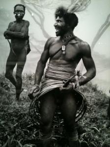Papou hilare de Nouvelle-Guinée brandissant son koteka (étui pénien)