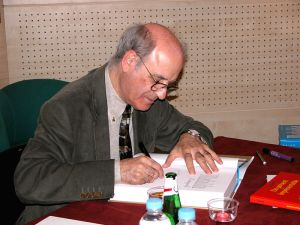 Quino_cartoonist_autographs_a_book_in_Paris_2004