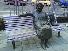 Estatua de Rosa Chacel sentada en un banco de la Plaza del Poniente de Valladolid.